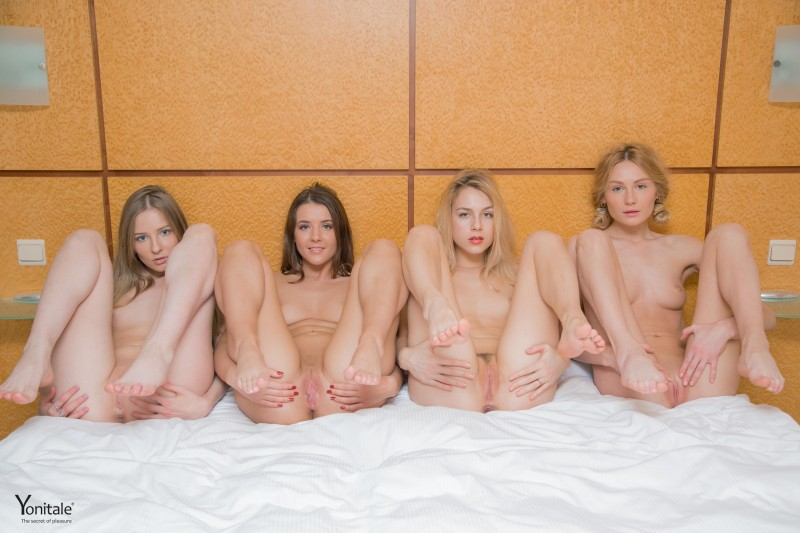 Тусовка голых телочек