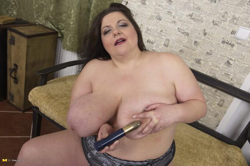 Зрелая пухлая дамочка