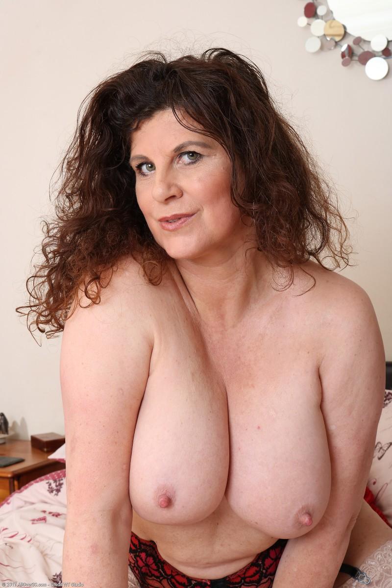 Зрелая баба и ее огромная вагина