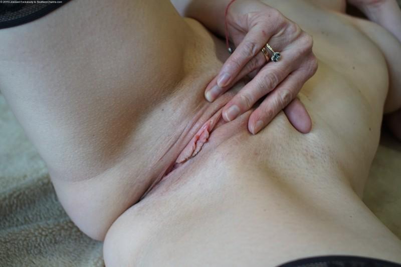 Замужняя баба показывает пизду
