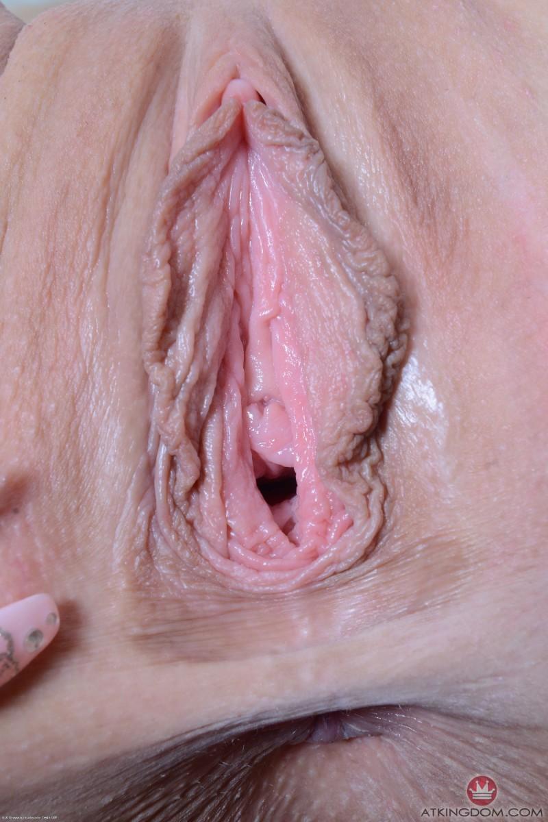 Зрелая телка с раздроченной вагиной