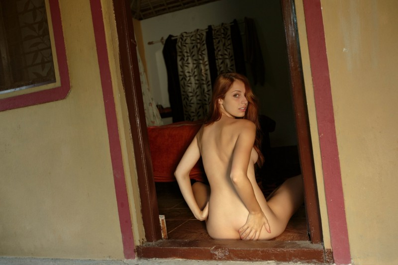 Нудистка приглашает в гости
