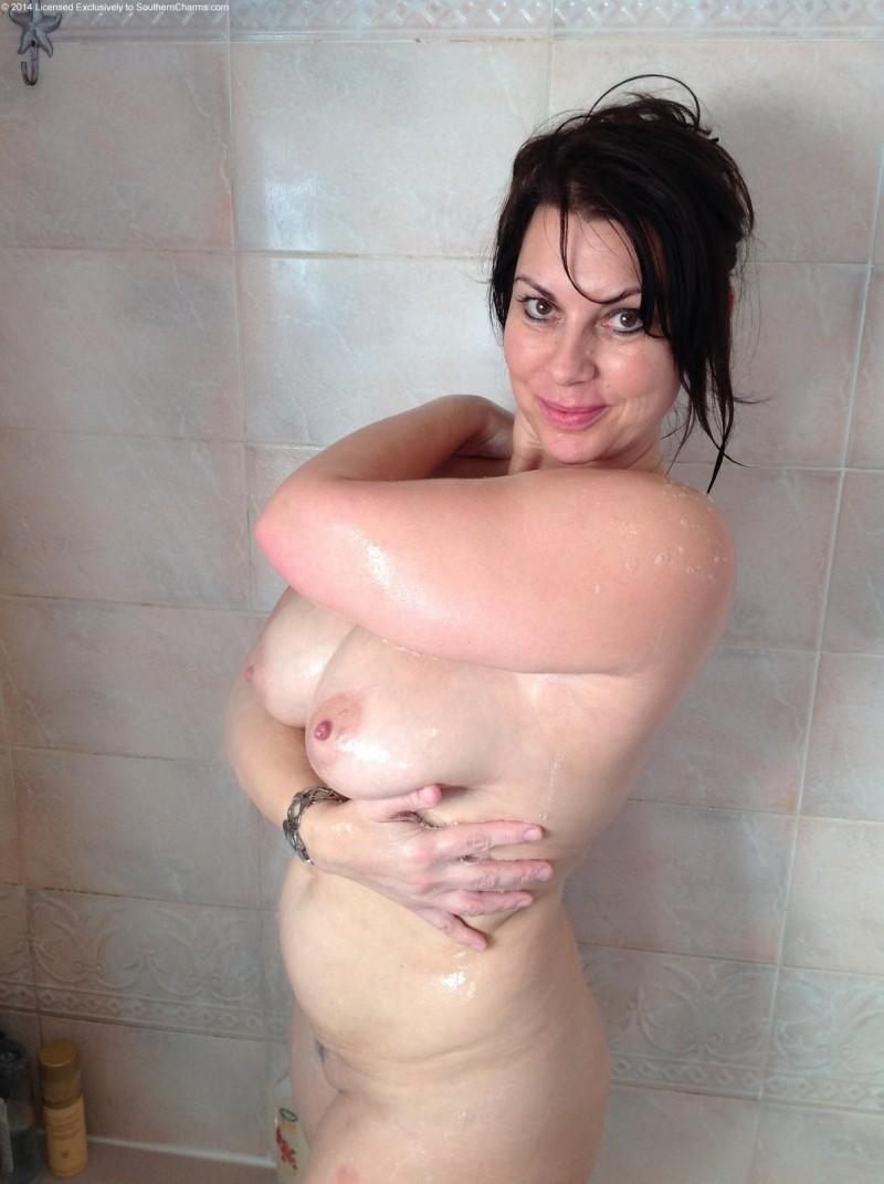 Голая жена моется в душе