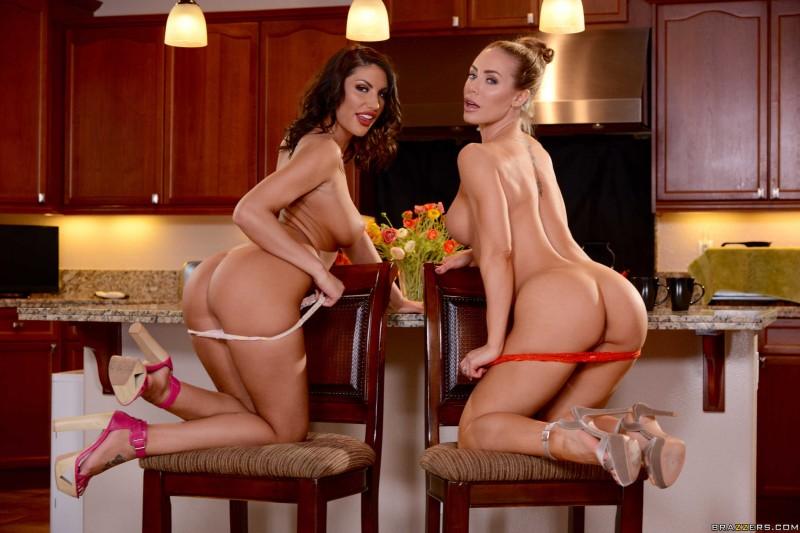 Две голые официантки