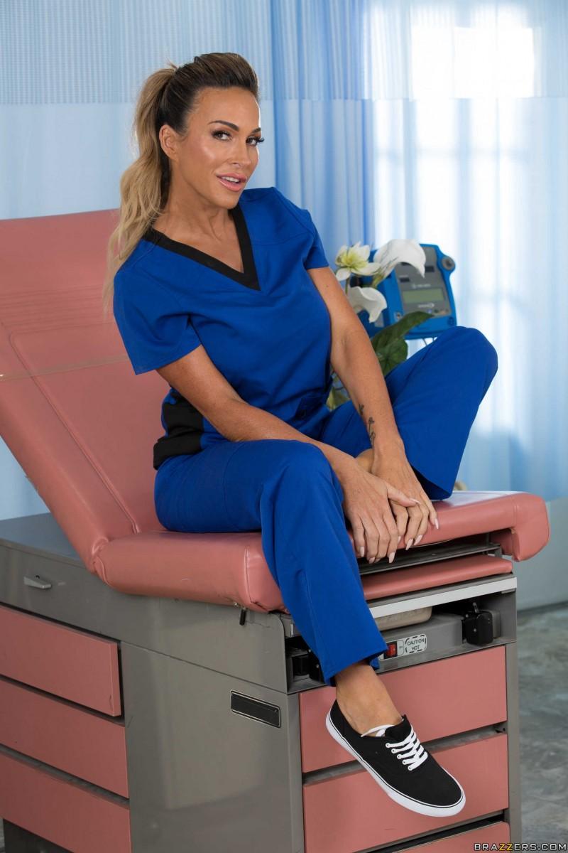 Голая медсестра ласкает себя
