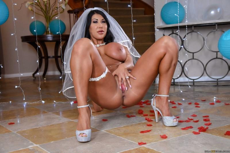 Азиатская невеста светит сиськами