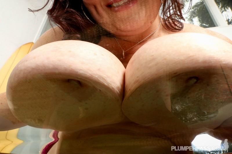 Показала всем огромные груди