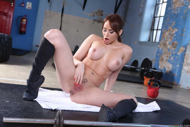 Голая красавица мастурбирует на фото