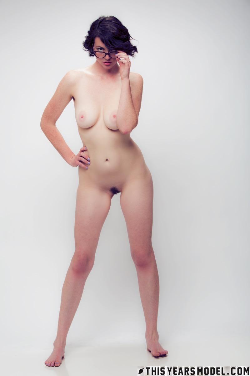 Красивая девушка раздевается