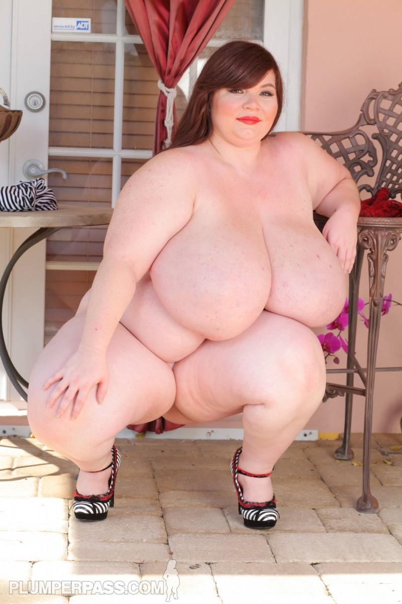Шикарная толстушка ласкает себя