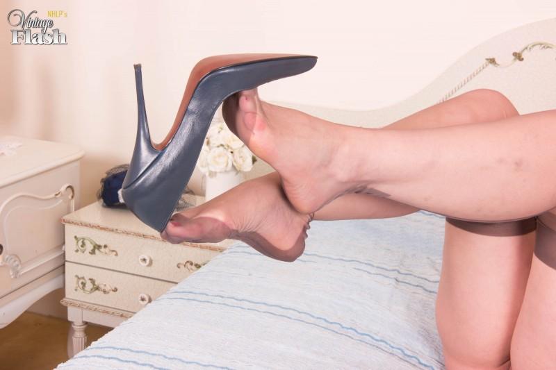 Сексуальные ножки в чулках