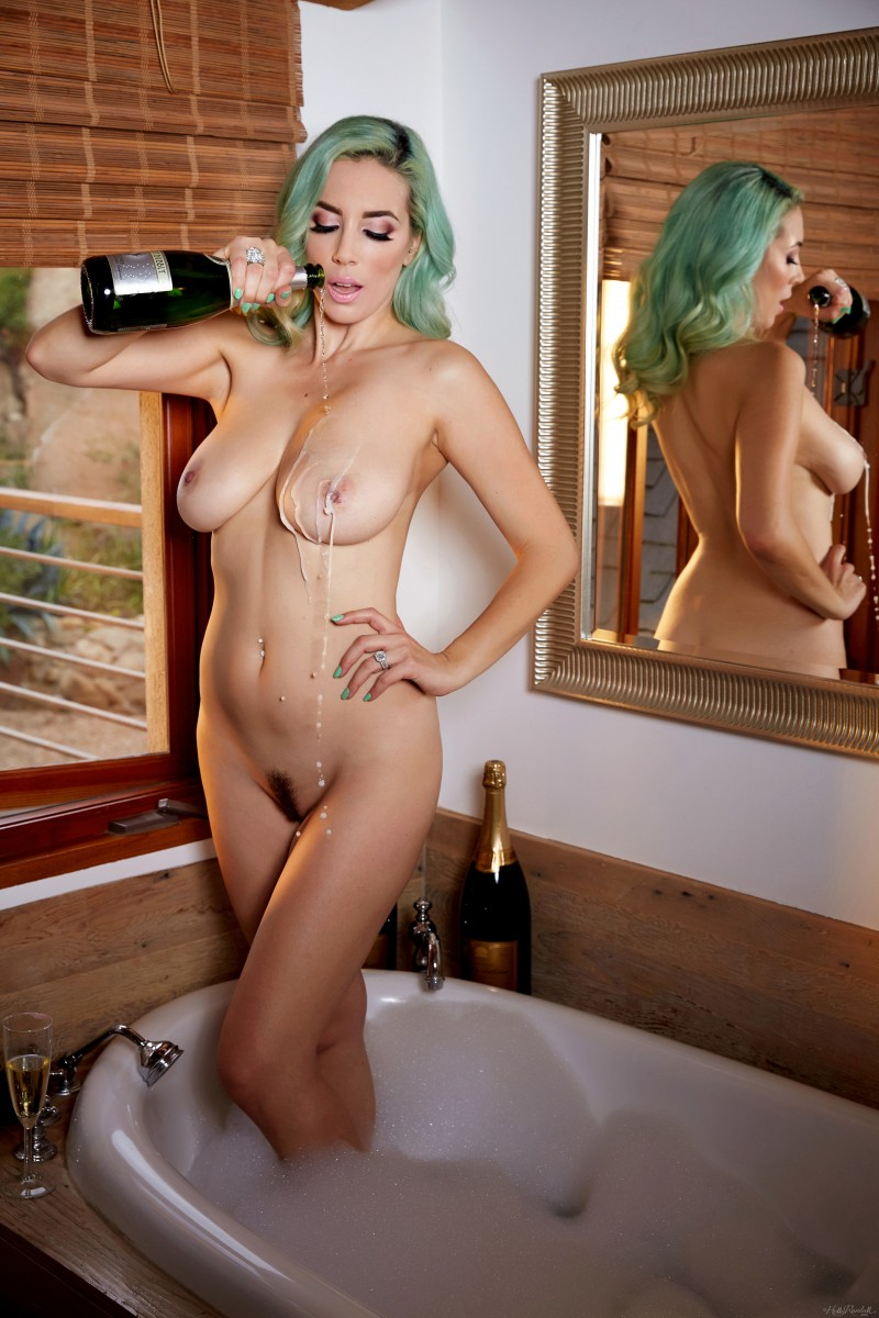 Елена Йенсен и ванная с шампанским