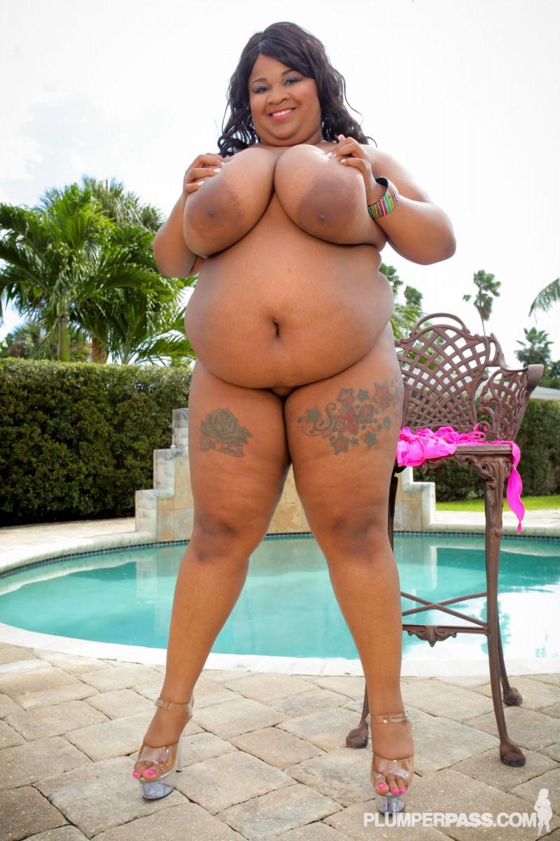 Чернокожая толстушка с большими буферами