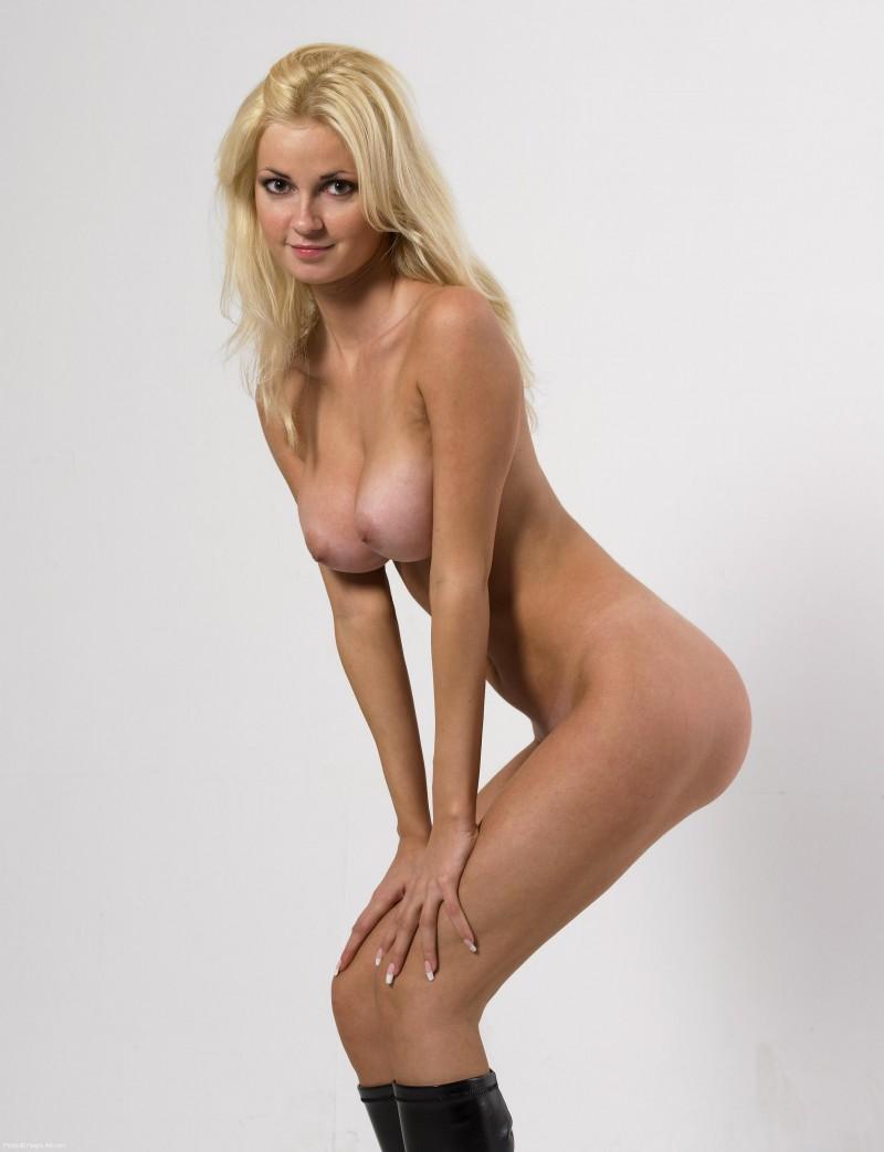 Голая блондинка в ботфортах