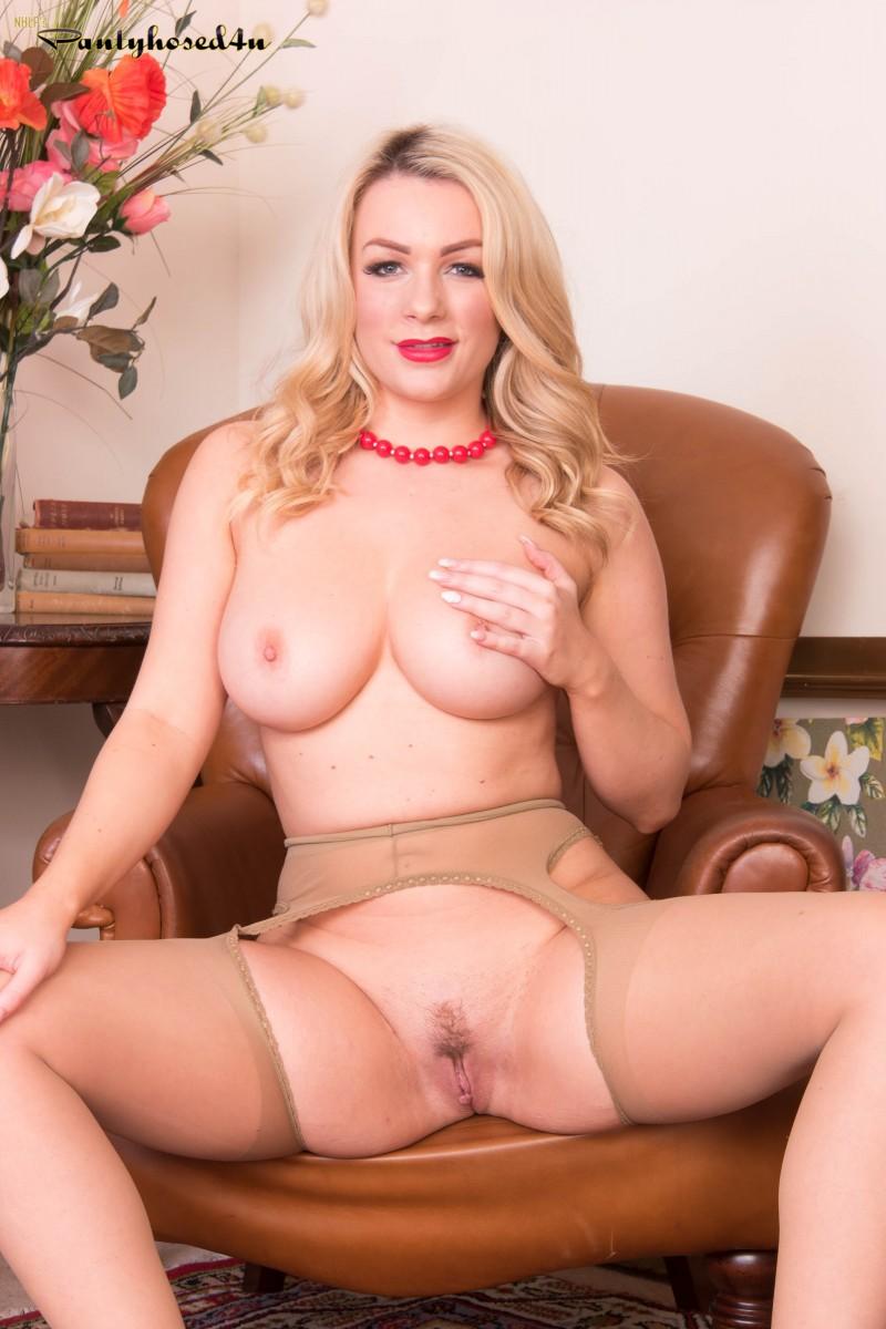 Секси блондинка на шпильках