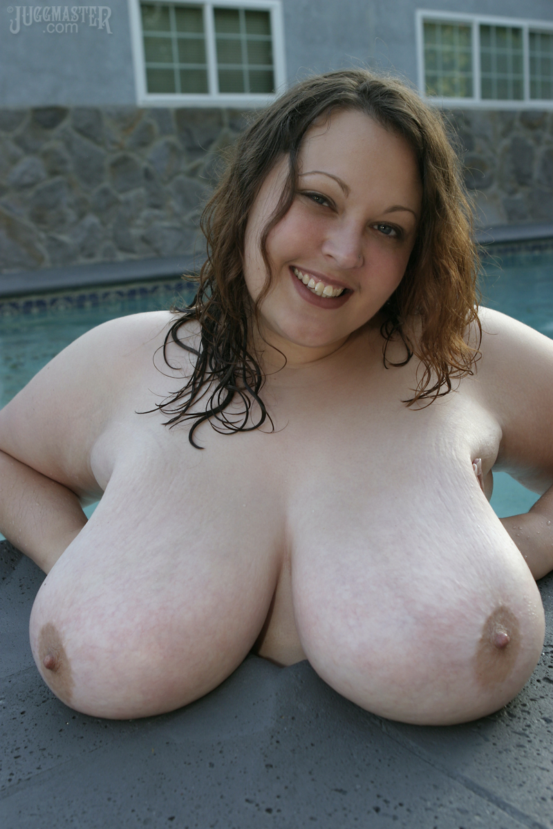 Мокрая майка и огромные груди