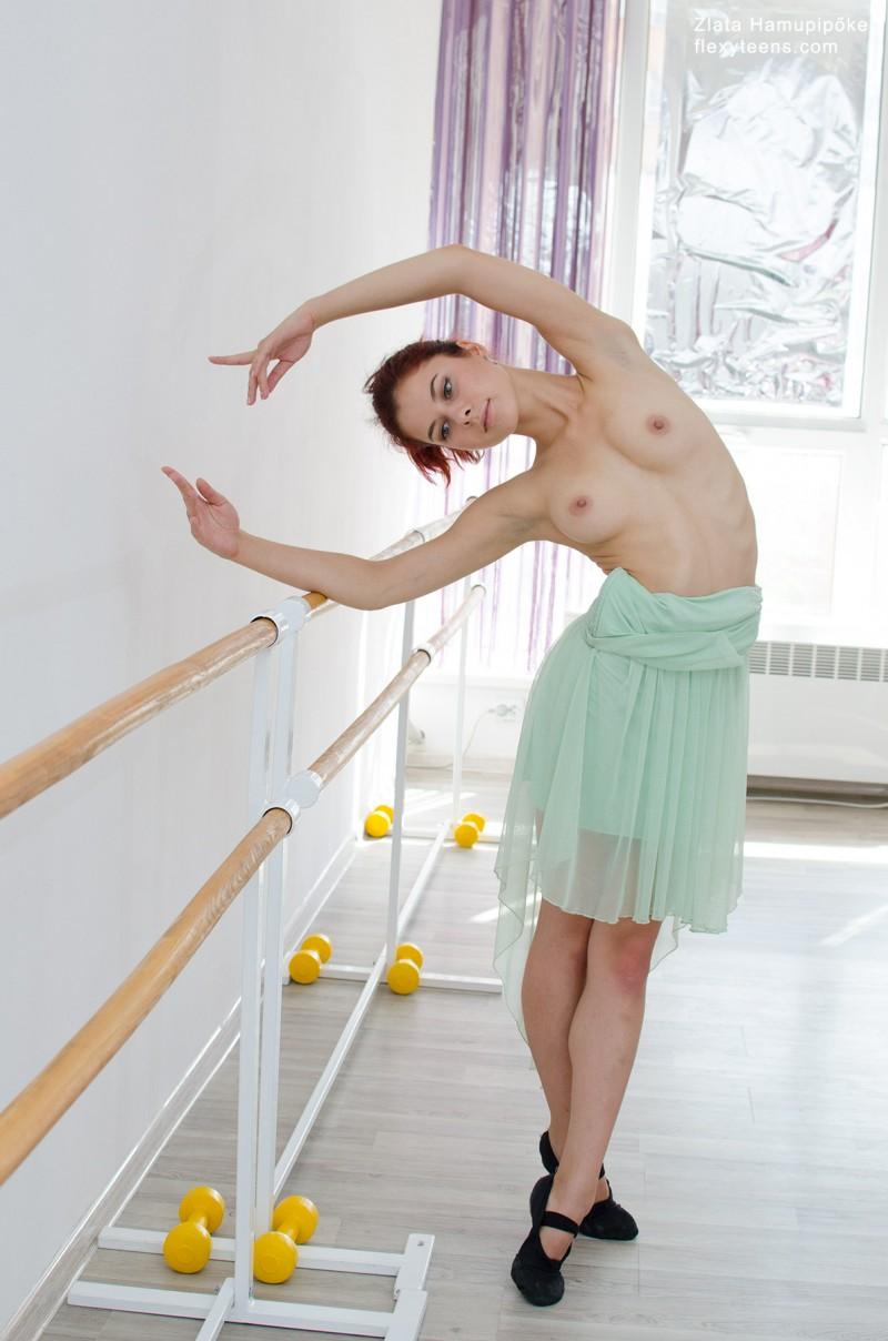 Балерина танцует без трусов