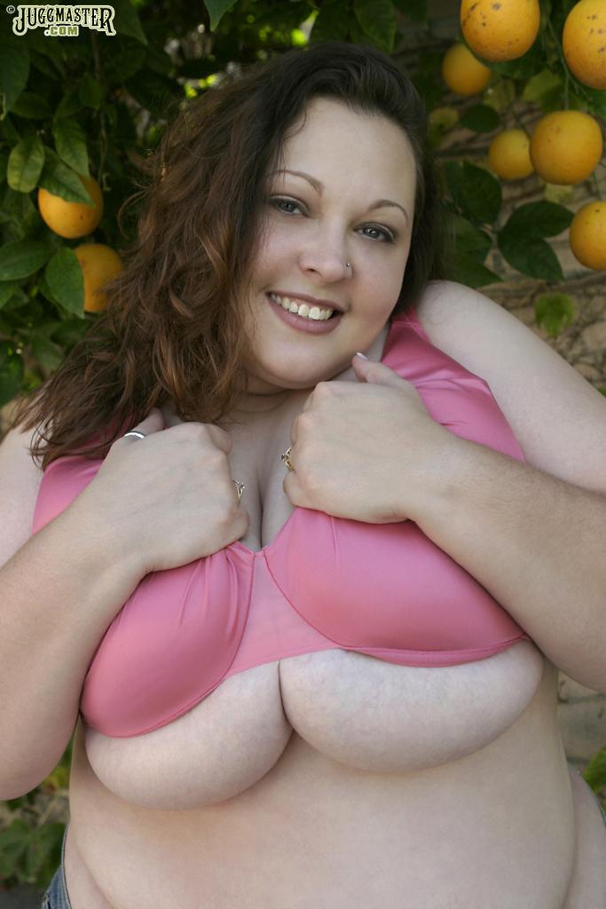 Сисястая толстушка снимает лифчик