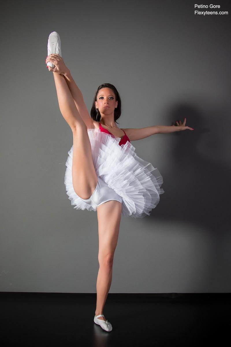 Голая балерина разминается