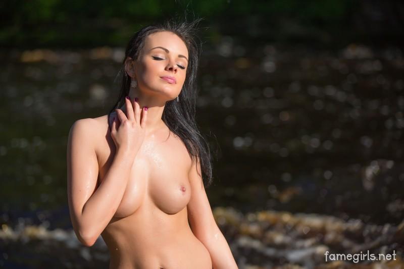 Скромная нудистка купается голышом