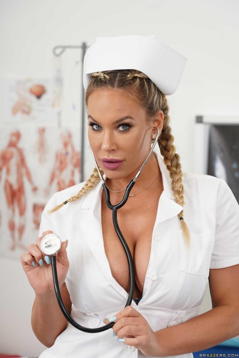 Секси медсестра лечит коронавирус