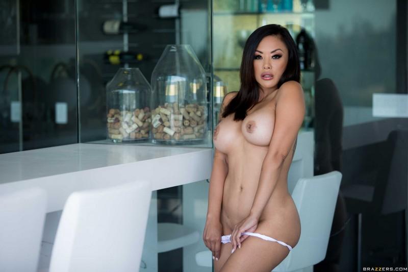 Азиатка с большими сиськами