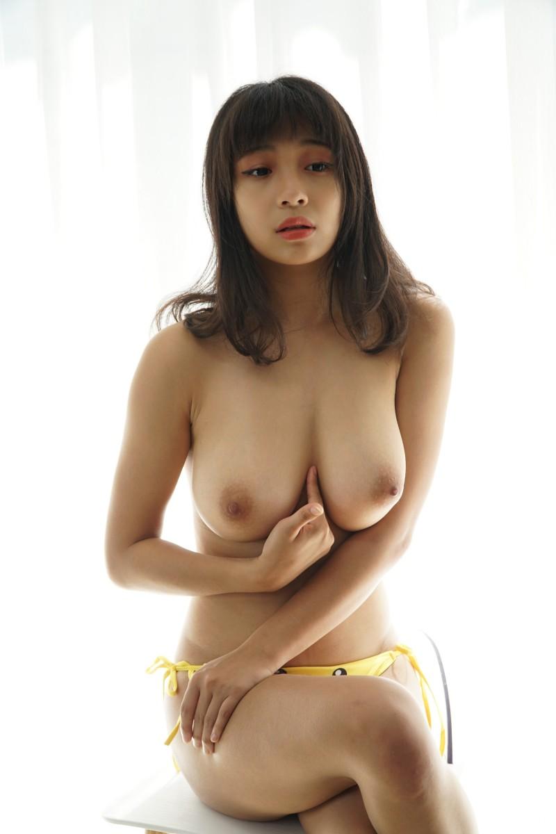 Большегрудая азиатка мнет сиськи