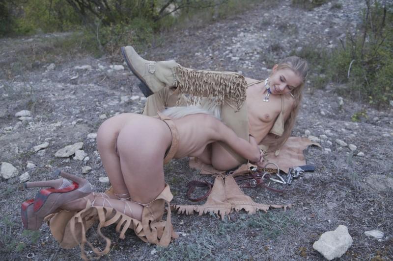 Голые лесбиянки лижутся на природе