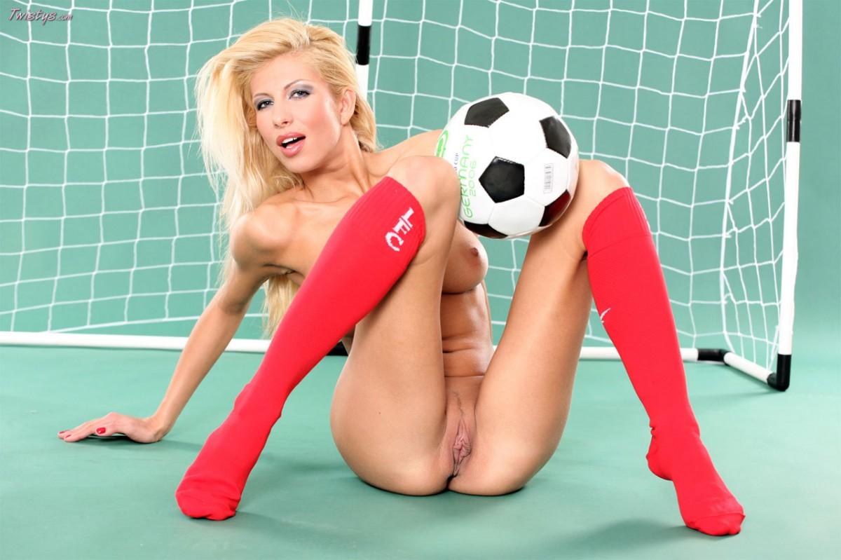 devki-na-futbole-golie-foto-foto-ogromnie-dirki-devushek