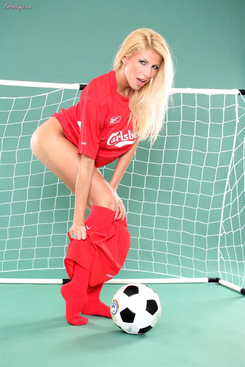 Голая телка играет в футбол