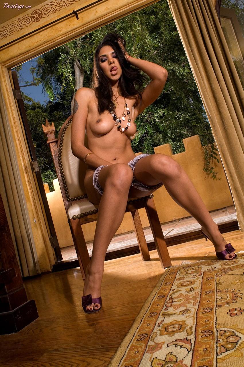 Раздвинула ножки на стуле фото крупно фото 532-588