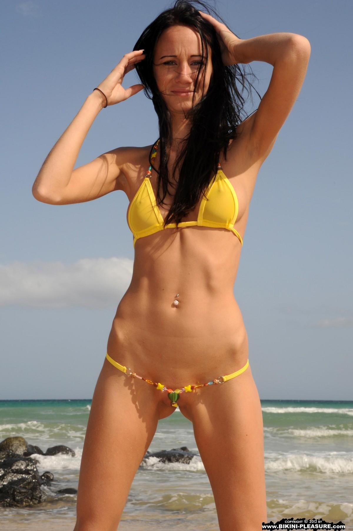 Фото раздвинула ножки на пляже