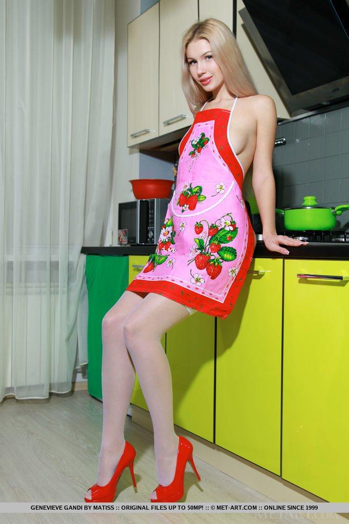 Развратная сучка позирует на кухне