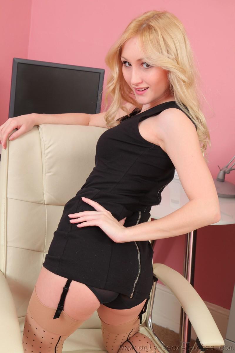 Стройная блондинка с маленькими сиськами
