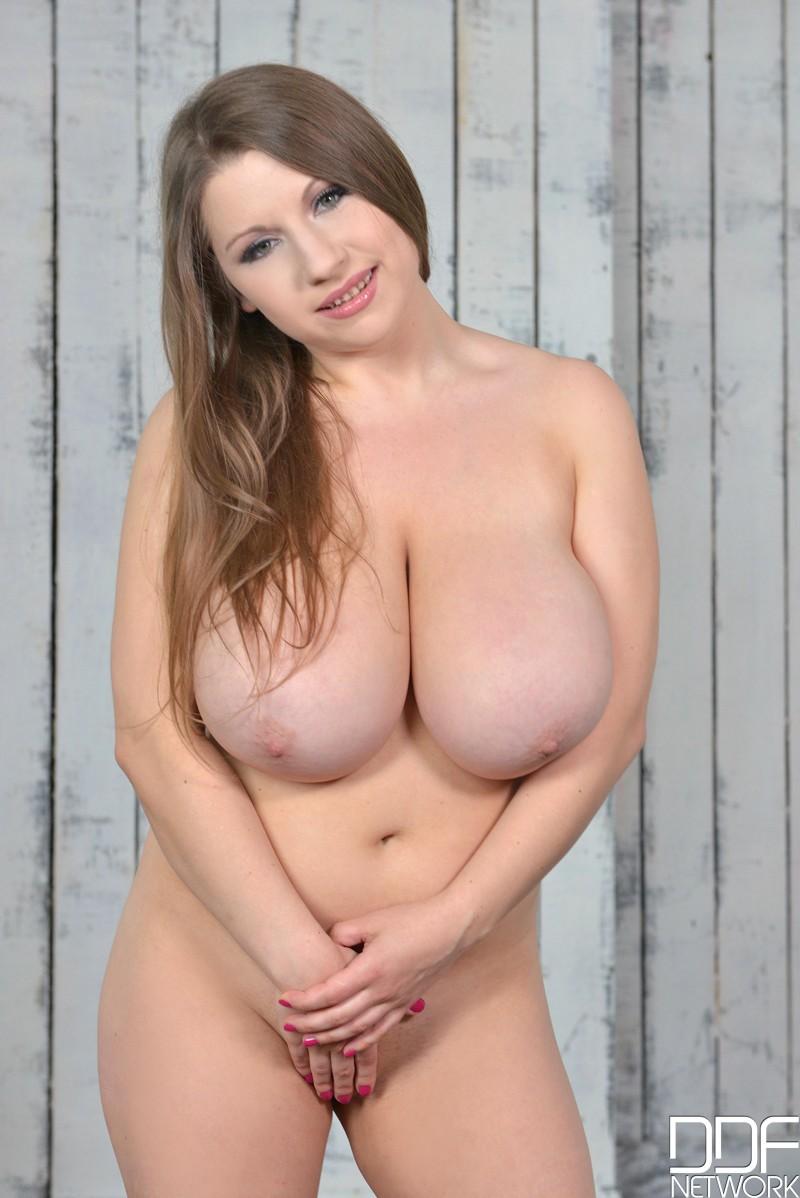 Блядь играет со здоровенными грудями