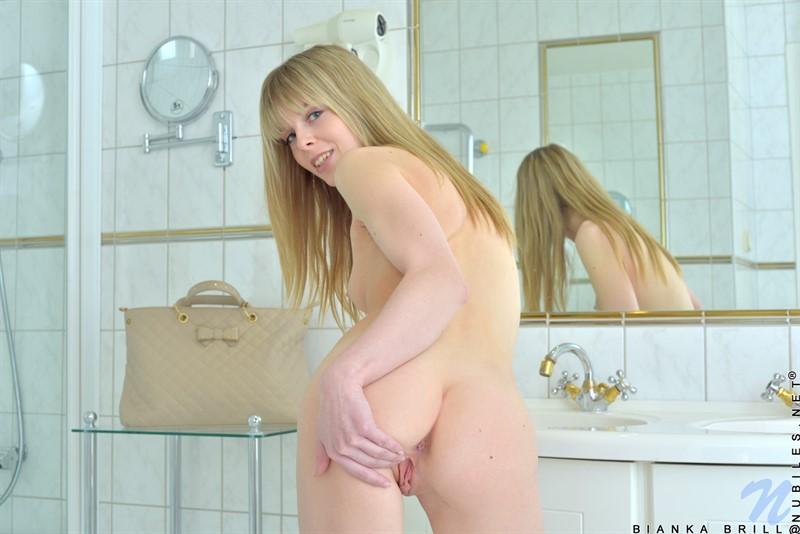 Прекрасная блондиночка с натуральными дойками