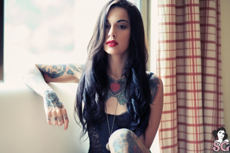 Красивая бразильянка с татуировками на теле