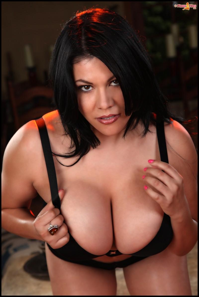 Интимные титьки бразильянки - проститутка с крупными грудями