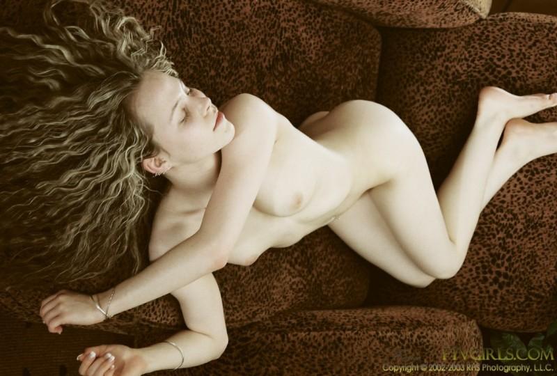 Бледнокожая барышня с голой вагиной