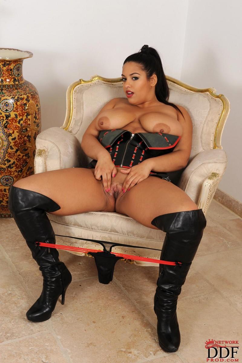 Сочная девка с громадными грудями