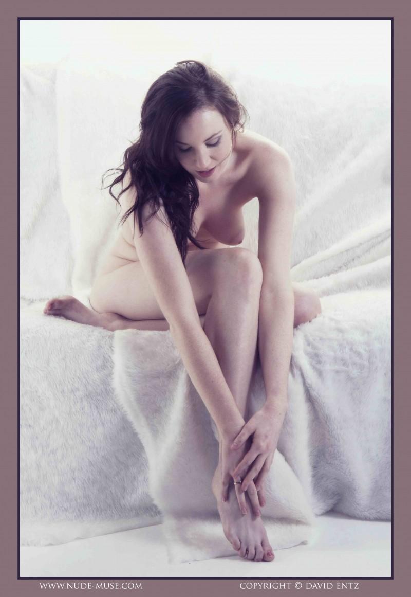 Скромная модель все же показала красивые дойки секс фото