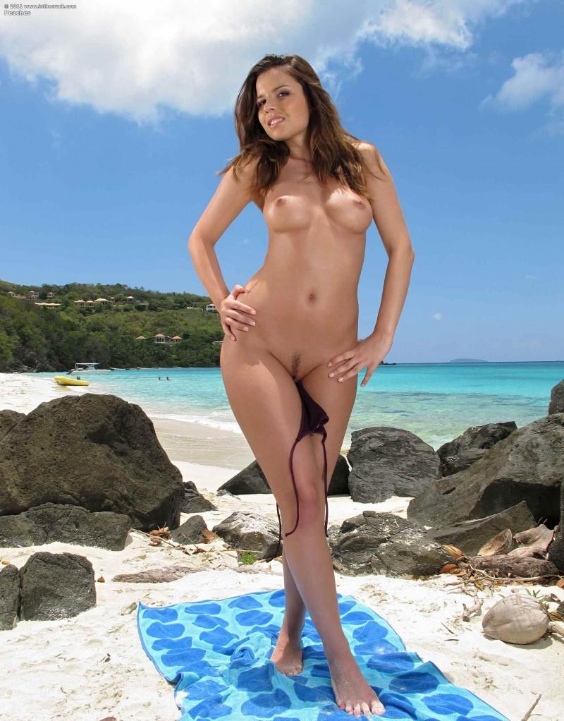 Красивые голые сиськи на берегу океана