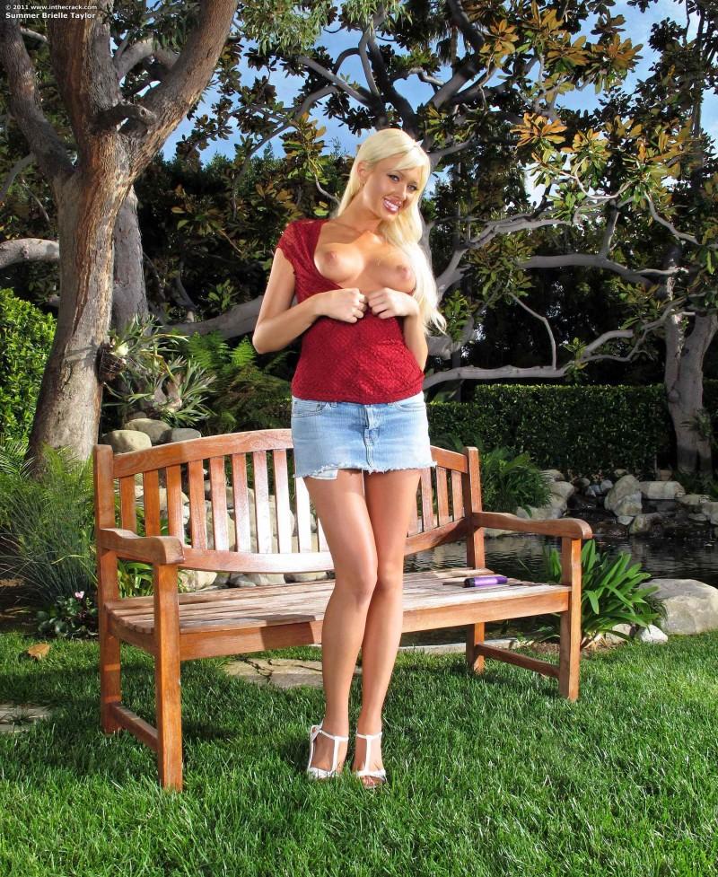 Брюнетка прогнулась девушки фото большими сосками