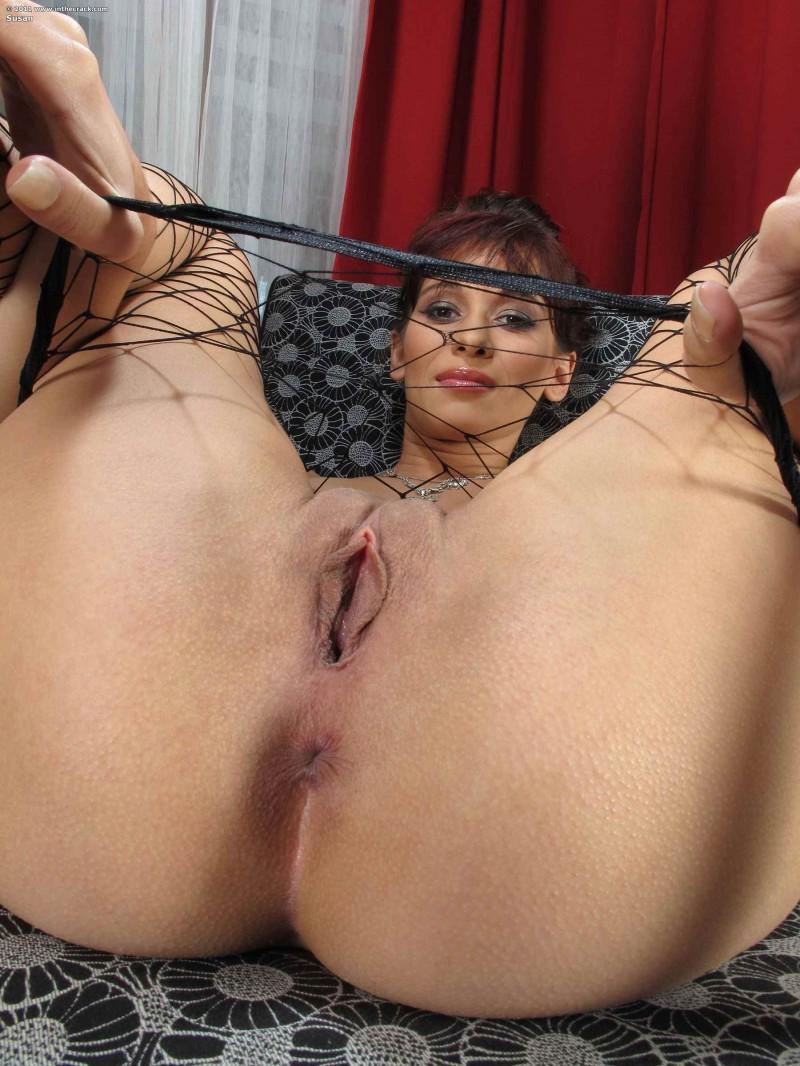 Соблазнительная симпатичная попа в сеточке секс фото