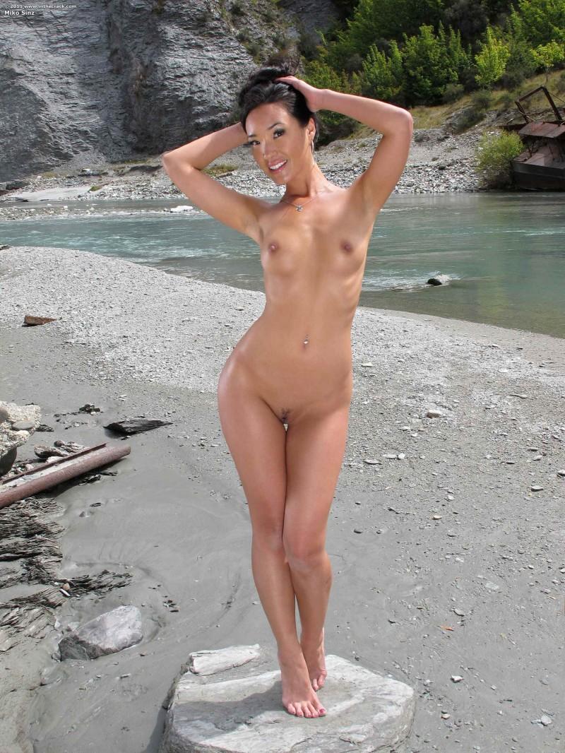Сексуальная девушка с промокшей киской