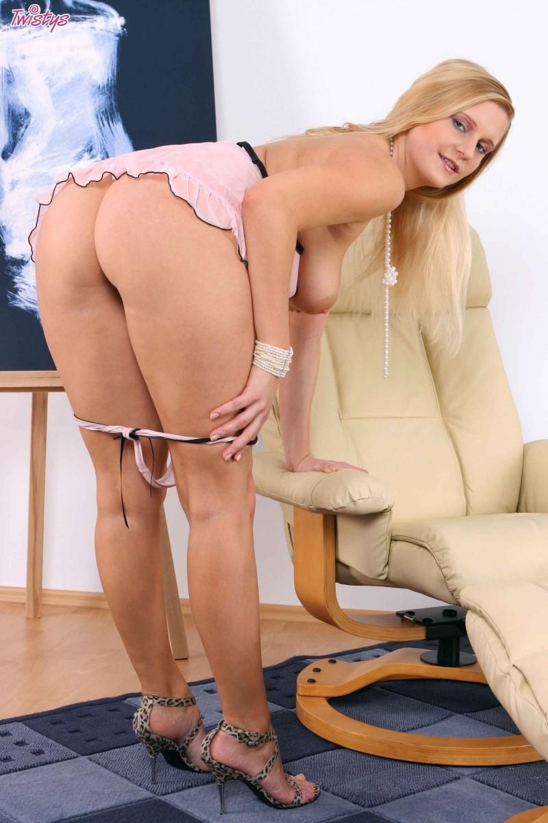 Возрастная блонди с натуральными буферами