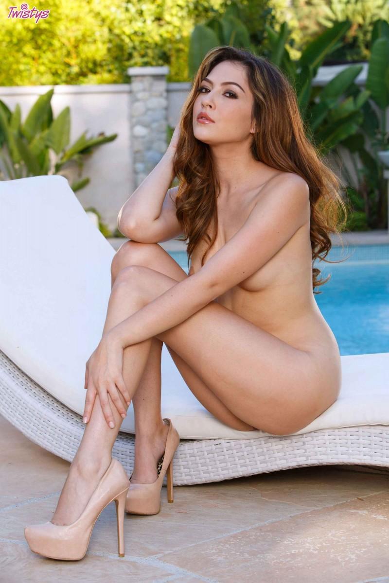 Красивая девушка разделась у бассейна