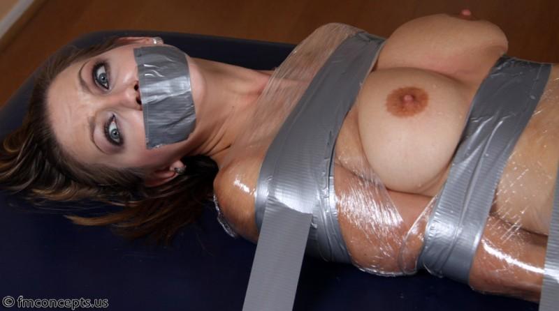 без стеснений порно замотанная в скотче закате черными волосами
