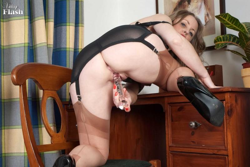 Старая блядь играется с фалоимитатором секс фото
