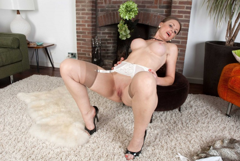 dama-razdvinula-nogi-porno-foto-trahayut-na-rekord-po-kolichestvu-porno-video